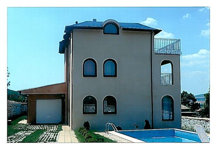 Bright spacious family home - Варна - Casa