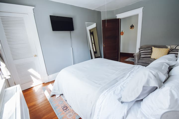 Guest Room (Full Bed)