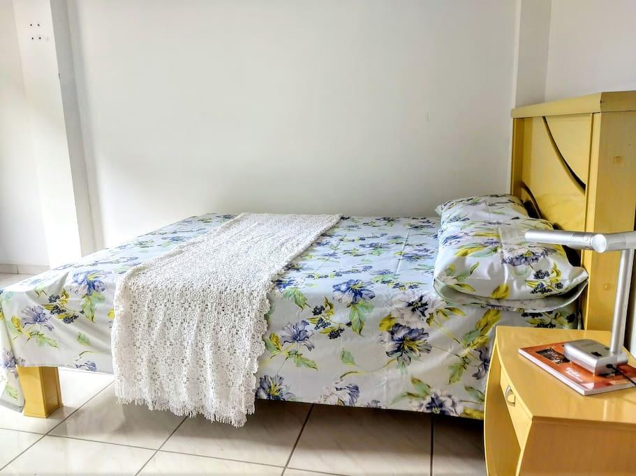 Cama com colchão super confortável.