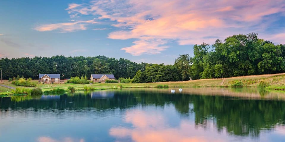 Five-star lodge with hot tub set in stunning grounds with fishing lake