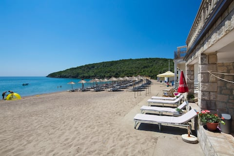 Holidays on the beach with the sea at your feet!