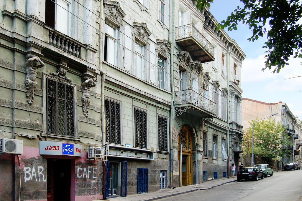 Apartment building on Ingorokva St.