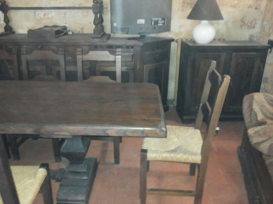stanza con tavolo e sedie