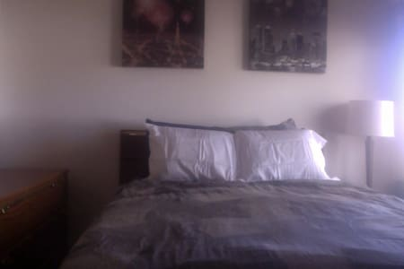 Quite large bed room & bath also a sm bed rm - Waukee - Apartemen