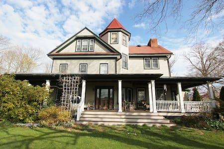 Historic Grand Victorian on Hill #3 - Mattituck - Casa