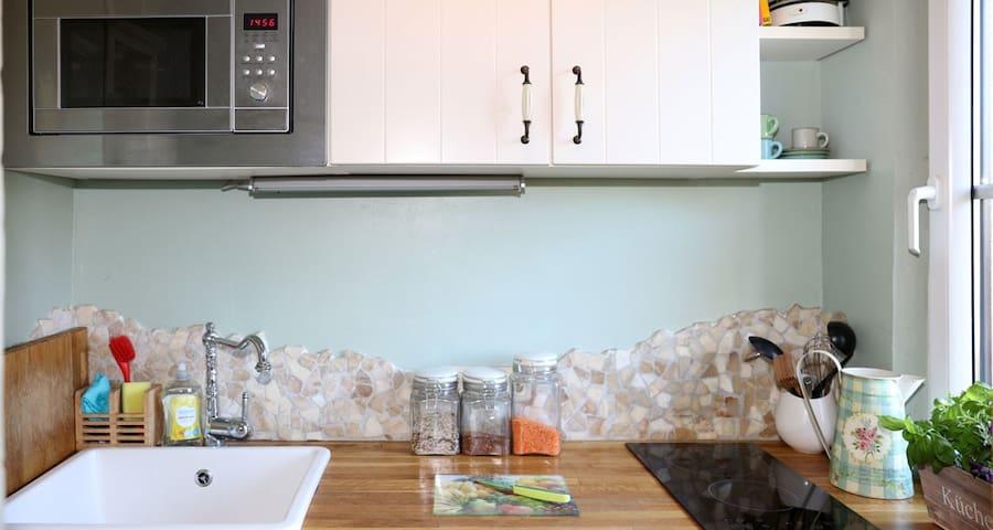 In dieser kleinen Einbauküche ist fast alles so wie bei einer großen, inklusive Geschirrspüler:)