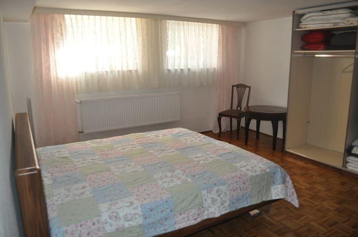 Souterrainzimmer in ruhiger Wohnlage - Hof - Dům