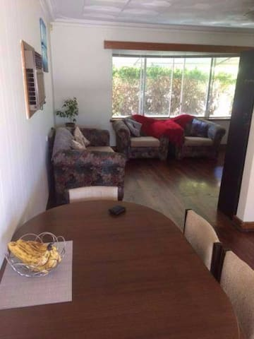 Private room close to shops and city - Dianella - Rumah