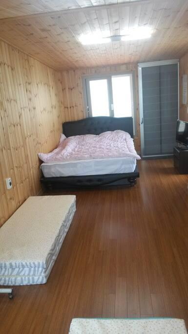 2층 실내,침대와 여분의 깔개