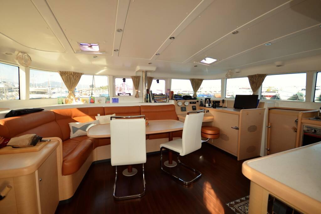 grande cabine et salle de bain wc sur catamaran bateaux louer antibes provence alpes c te. Black Bedroom Furniture Sets. Home Design Ideas