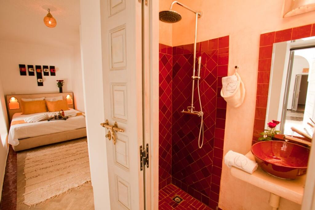 Chambre double avec climatisation et salle de bain privative