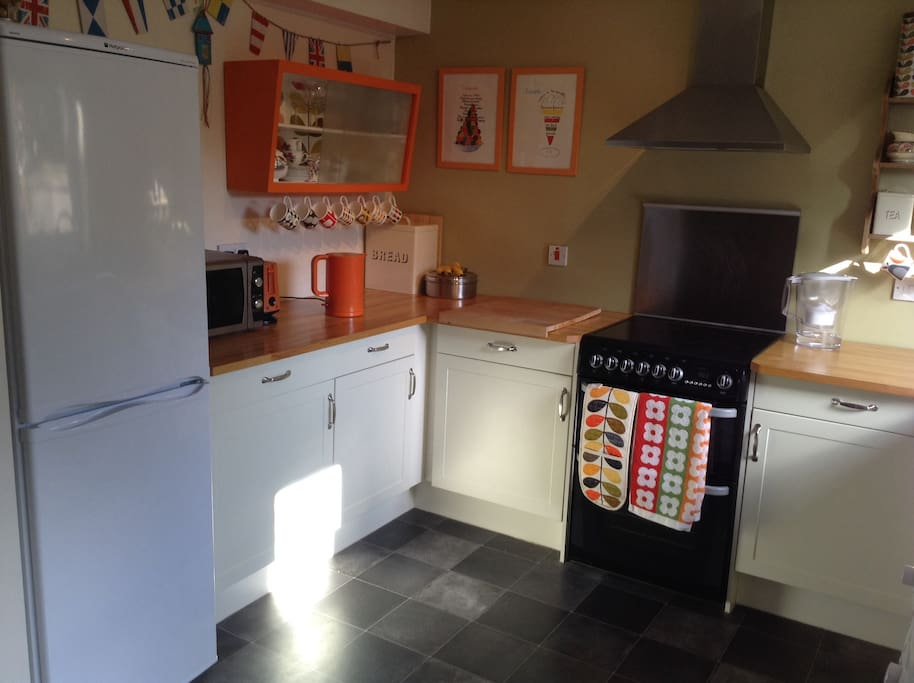 Clean, fully equipped kitchen with electric cooker