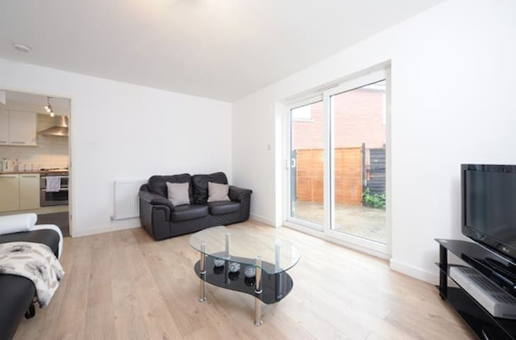 3 Bed House, Near City (b) - Manchester