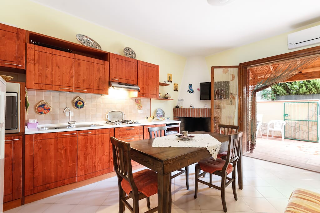 La cucina completa di ogni accessorio - The fully equipped kitchen
