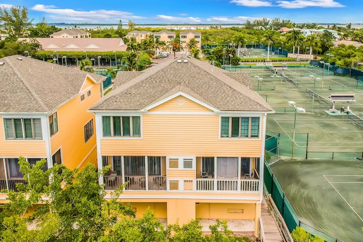 Charming condo w/shared tennis courts & pool - steps to the beach