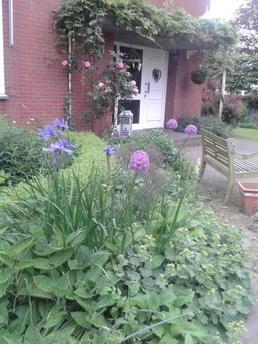 Mooie tuin met terrasje voor de gasten