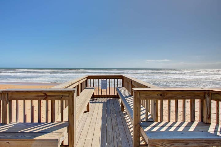 Warm Inviting 1st Floor OceanFront Unit-Swimming Pool, Underground Parking, NO Drive Bch, FREE WIFI!