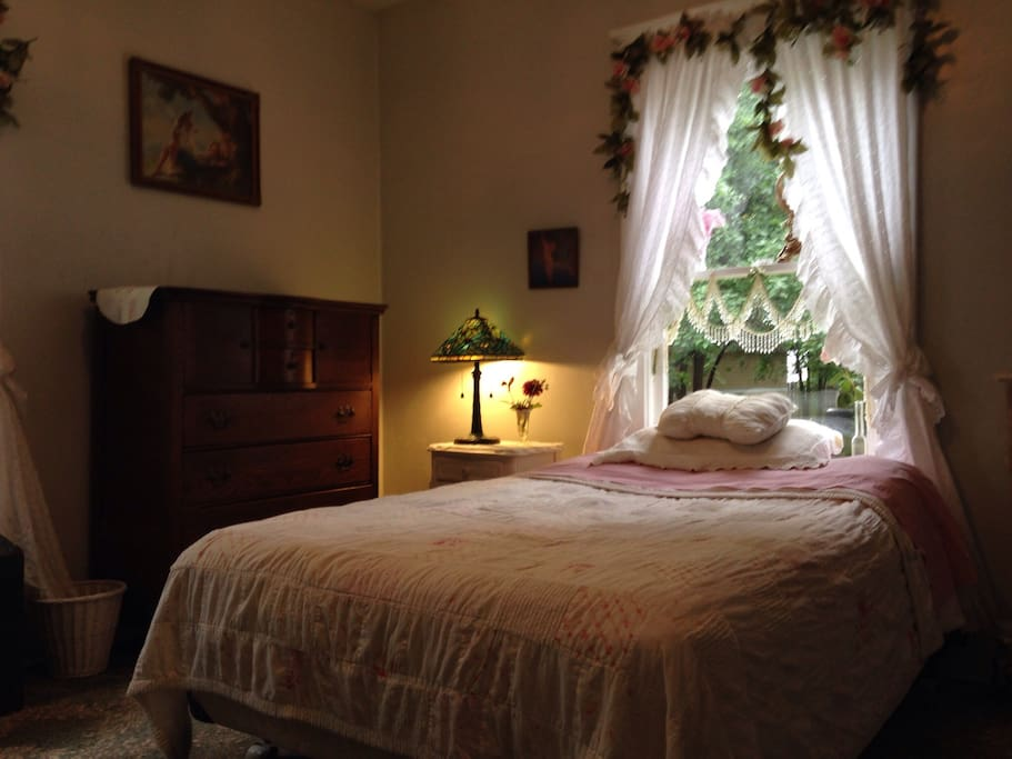 Cozy little room houses for rent in green bay wisconsin for Bedroom furniture green bay wi