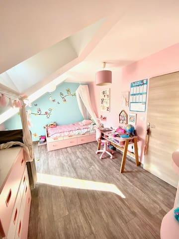 Grande chambre lit simple + Canapé convertible
