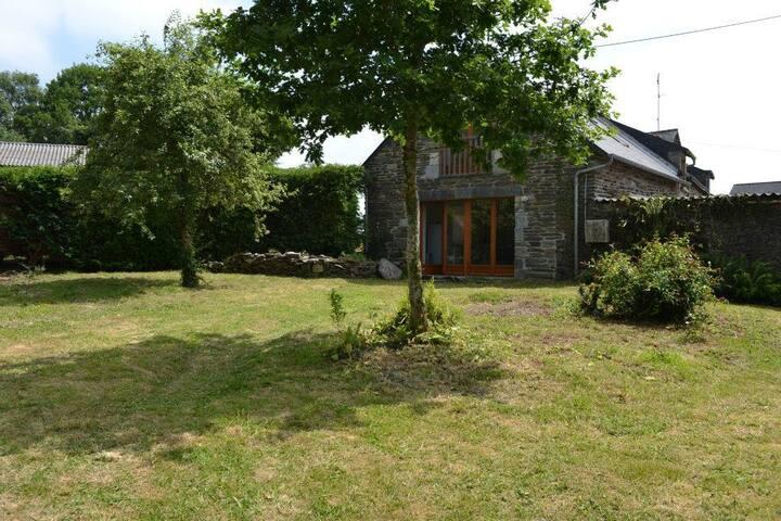 Light & Airy  Stone Cottage- Near Lac du Guerledan