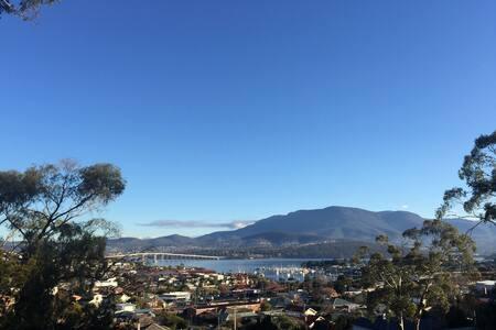 Gorgeous, spacious, warm, views, 8 min to CBD