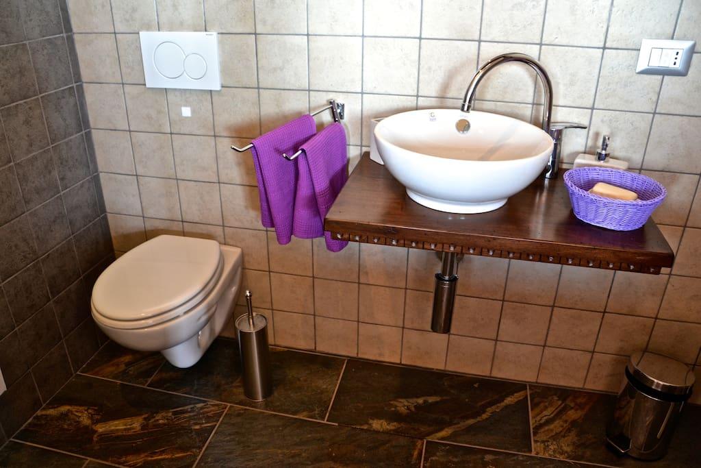 Dusche aus Lavastein und Holz