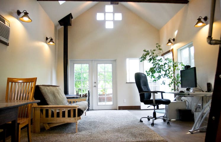 Peaceful Merced Studio w/ Courtyard - Merced - Appartement