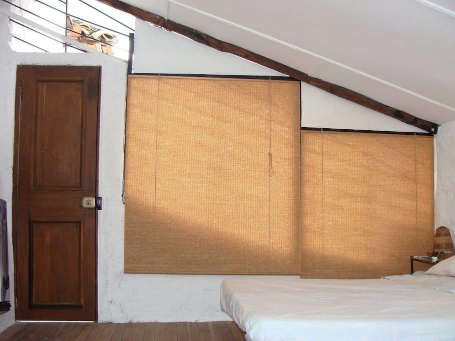 puerta que comunica al patio de ropas que hace parte del estudio