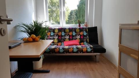 Dieses moderne und bequeme Schlafsofa bietet Platz für zwei Personen (2mx1,4m).