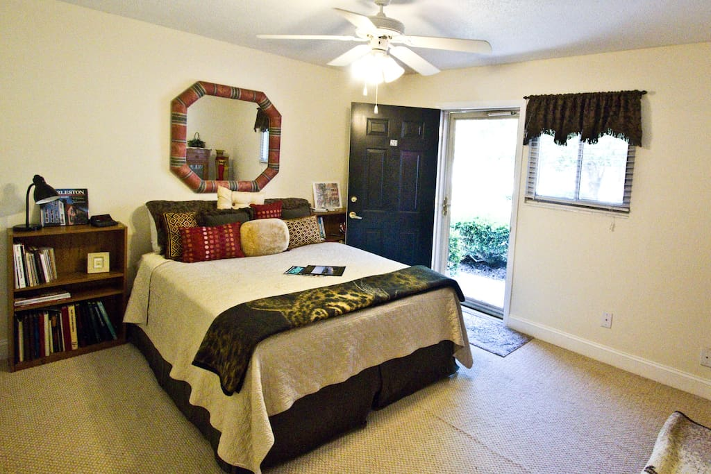 Casa de Pamela: Simple decor.  NO SMOKERS please, queen bed w/separate private door entry. Floors are now tile that look like wood.