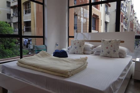 2kms from airport, modern decor, quiet, free WiFi! - Calcutta - Chambres d'hôtes