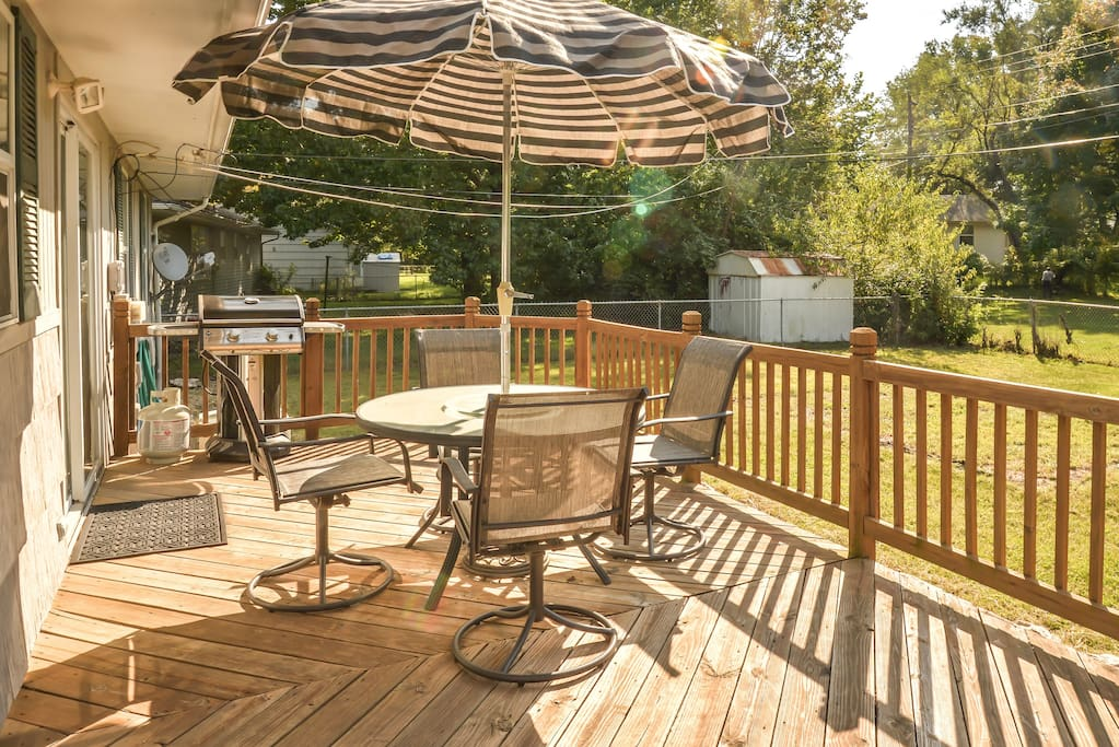 Deck: large area great for hanging out and cooking on the gas grill