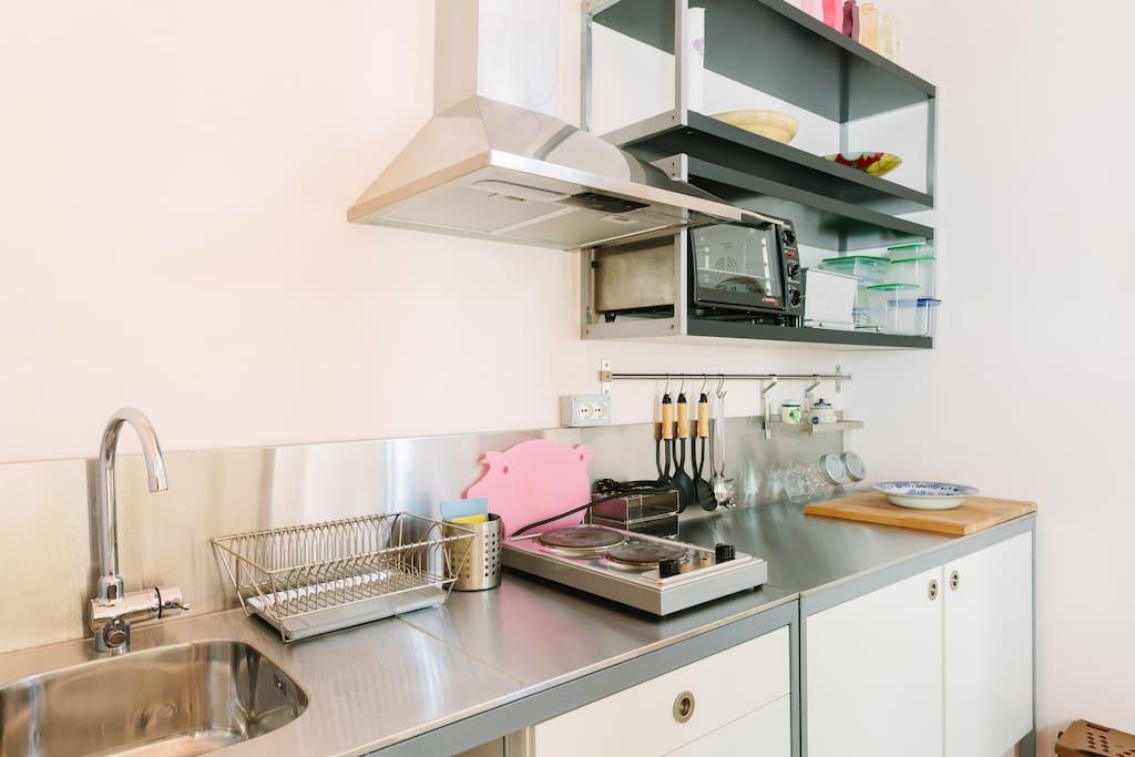 La cucina, attrezzata come da foto