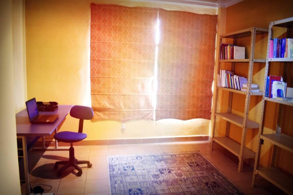 estudio con escritorio, biblioteca y wifi