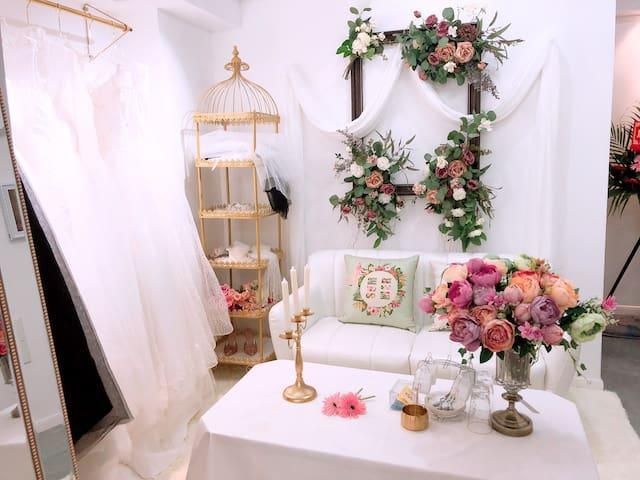 (爱媛.民宿希望城店)房间配有7套婚纱和饰品提供免费拍照,自助式入住