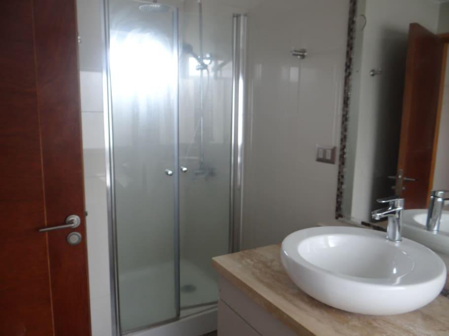 Baño principal, cuenta con ducha y bañera