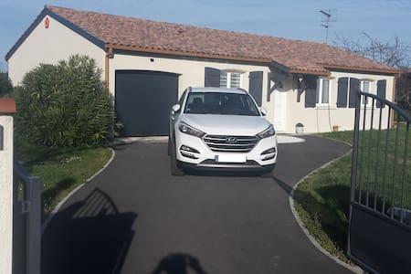 Maison climatisée, au calme avec parking privatif - Saint-Juéry - House