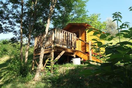 Trekkershut in het bos op kleine boerderij camping