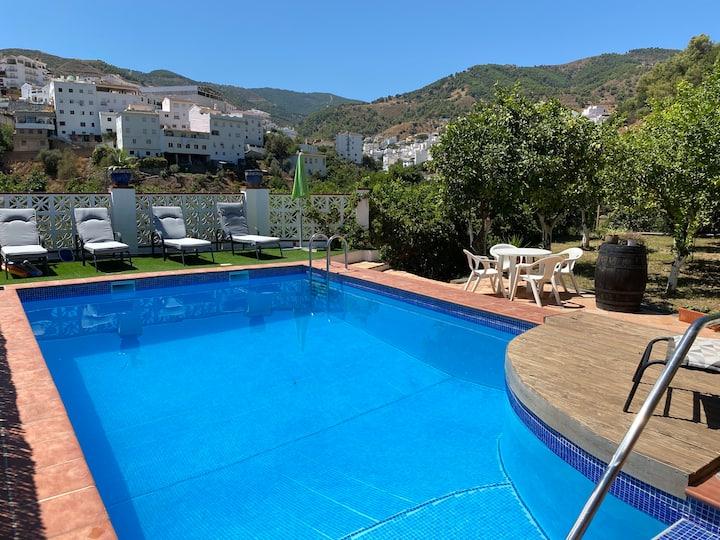 La Casa Luna - A rural home with private pool.