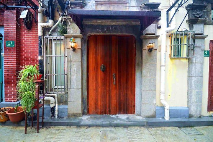 这不仅仅是一套民宿,这更是上海弄堂的味道和记忆 #Pets Friendly I LOVE dog