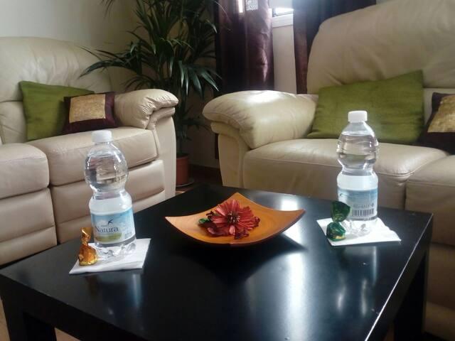 Os encontraréis dos botellitas de agua y dos bombones para daros la bienvenida dulcemente