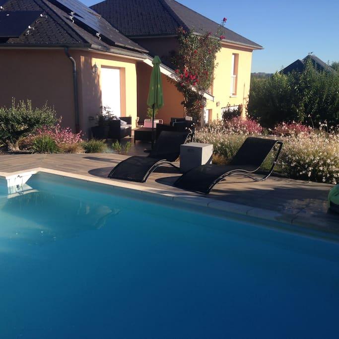 Vue de la maison de la terrasse de la piscine