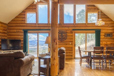 Large Log Cabin with Mountain Views