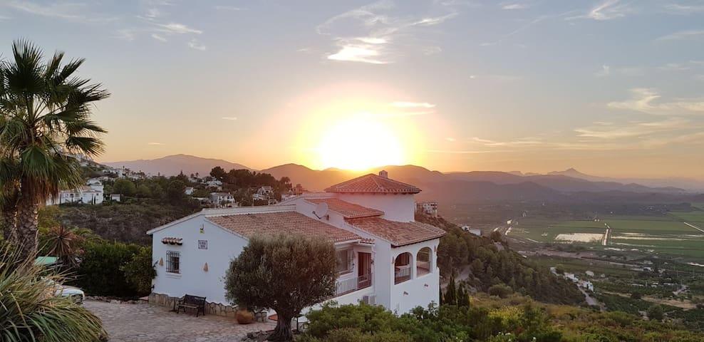 Klassisches spanisches Haus mit Panoramablick