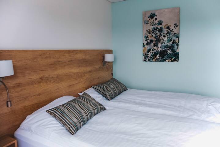 Łóżka w pokoju