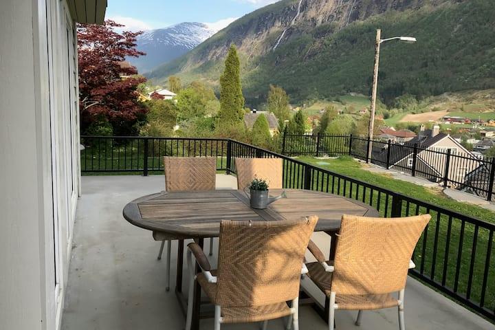 Stryn sentrum, terrasse, hage og nær spisesteder