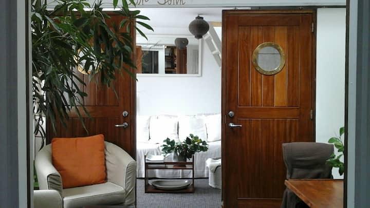 """Appartement"""" bateau"""" près du port"""