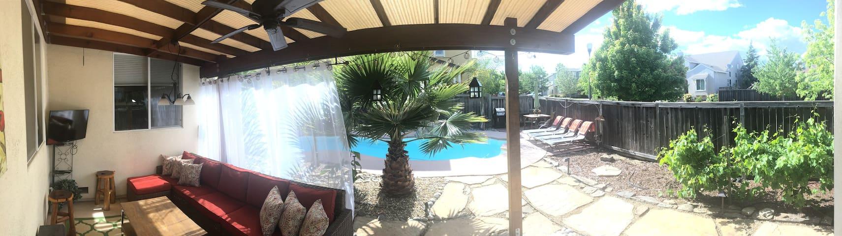 Private backyard retreat!