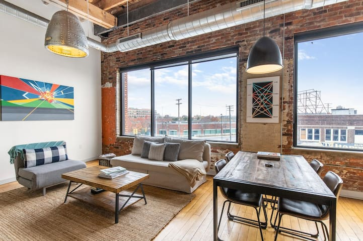 Authentic Eastern Market Loft 10-min Walk Downtown