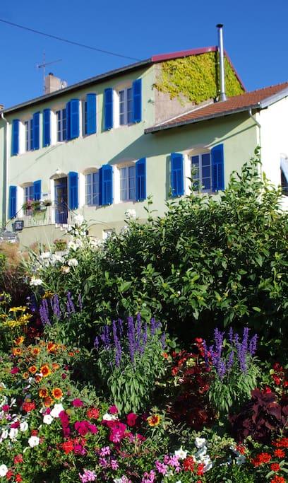 il est facile de reconnaître la maison, elle est verte avec des volets bleus!